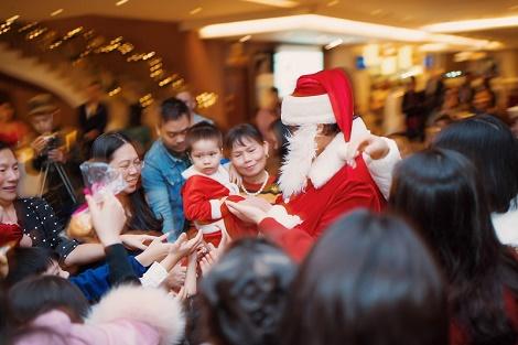 Pullman Hanoi - Thắp sáng cây thông Noel 2019 khổng lồ tại sảnh khách sạn