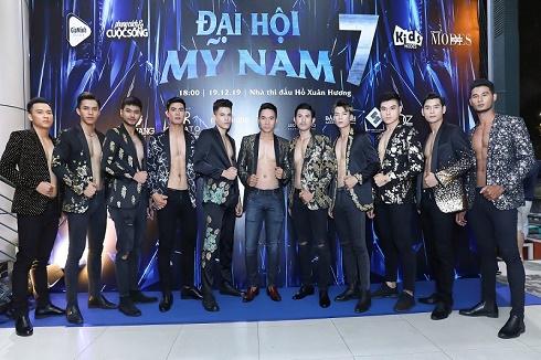 """Loạt mỹ nam diện vest NTK Minh Hùng khoe body 6 múi """"đại náo"""" sàn catwalk Đại hội Mỹ nam"""