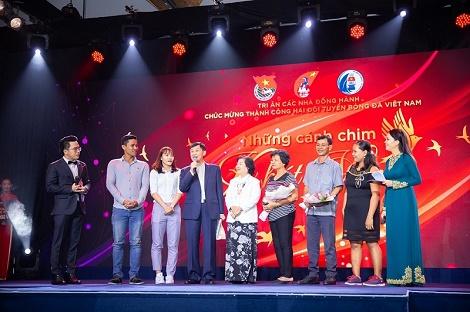 IPPG tặng 2 tỉ đồng cho 2 đội tuyển bóng đá Việt Nam