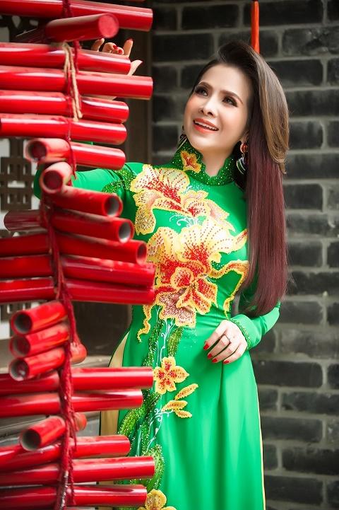 Hoa hậu Lê Thanh Thúy khoe sắc trong tà áo dài Tết, sẵn sàng chào Xuân 2020