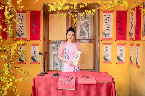 Hoa hậu Châu Ngọc Bích rạng rỡ khoe sắc trong loạt Áo dài Tết của Ngô Nhật Huy