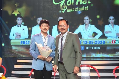Danh ca Thái Châu đích thân đo nhiệt độ cho vợ trong họp báo Hãy Nghe Tôi Hát – Nhạc Sĩ Chủ Đề 2020