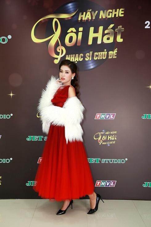 """Ca sĩ Khánh Tiên -  """"hotgirl ngân hàng""""  được bầu show """"hốt"""" đi hát"""