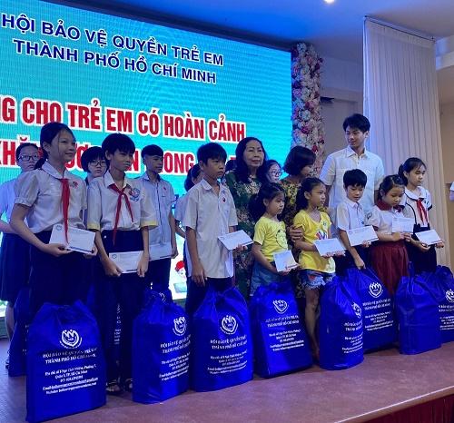 Tiên Nguyễn, và cậu út Hiếu Nguyễn trao học bổng cho trẻ em nghèo