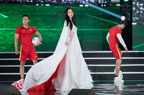 Ngắm thí sinh Hoa hậu Việt Nam trong BST áo dài bóng đá của NTK Ngô Nhật Huy