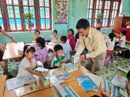 Hơn 3 tỷ đồng quà tặng được Vinasoy hỗ trợ học sinh vùng bão lũ tới trường