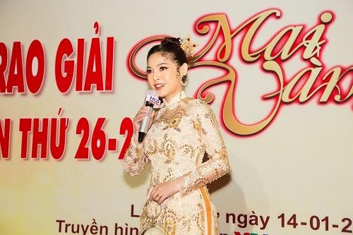 """Kim Thanh Thảo diện áo dài truyền thống, """"nổi bần bật"""" tại Mai Vàng 2020"""