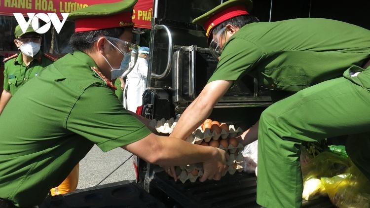 Công an Đà Nẵng lập 30 chợ tạm bán hàng thiết yếu cho nhân dân