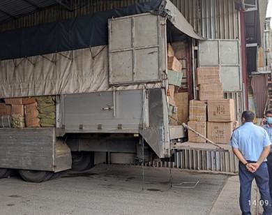 """Tạm giữ 76.000 sản phẩm hàng hóa Trung Quốc có dấu hiệu vi phạm – Xe """"luồng xanh"""" chở thuốc lá lậu"""
